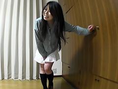 おしっこを我慢して一気に排尿するお姉さんの動画